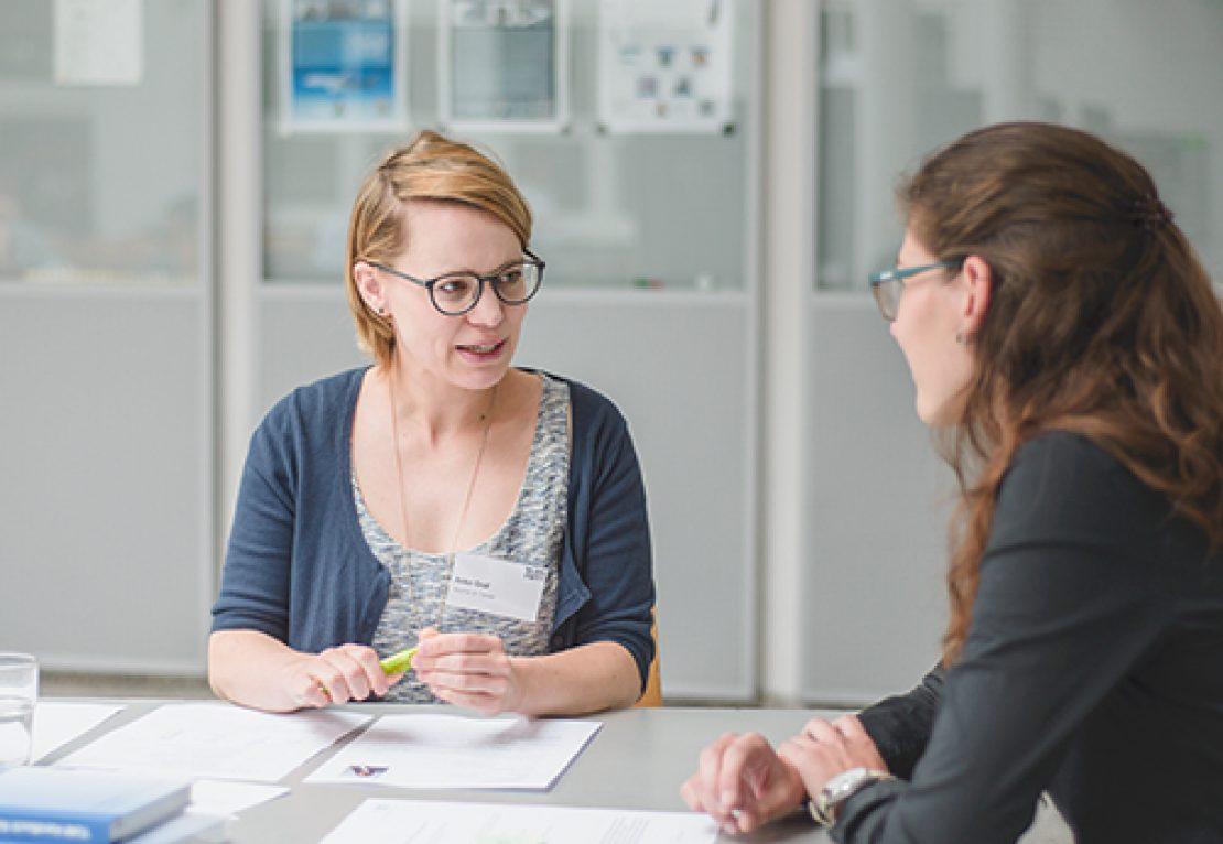 Karriereberaterin im Gespräch mit einer TUM Studentin im Rahmen der TUM Career Days am Campus Garching.