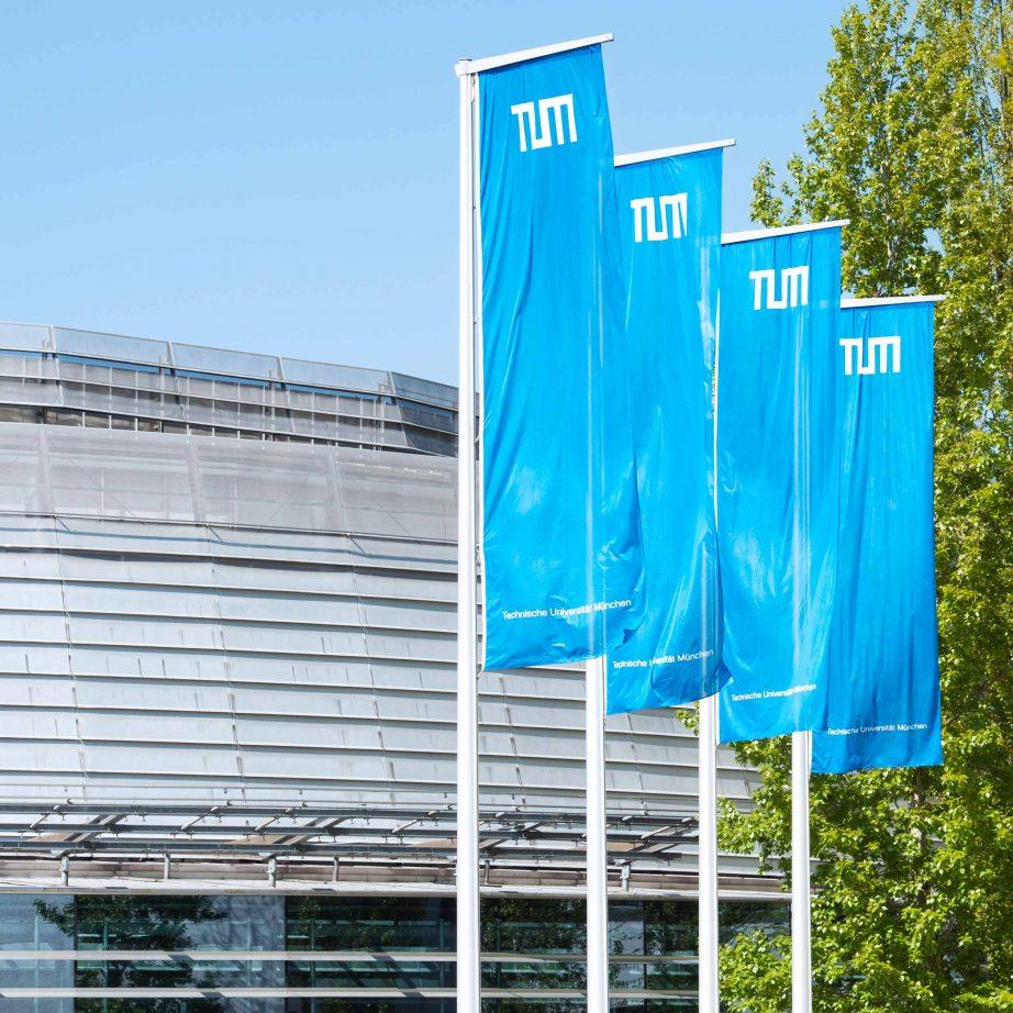 """TUM-Fahnen im Innenhof an der Hochschulstraße und dem Audimax, entstanden bei den """"TUM Partner Days 2015"""" (Bild: Uli Benz / TUM)."""