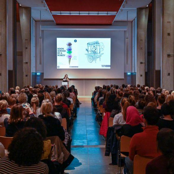 """Women of TUM Talks 2019 - """"Codes, Big Data und KI - Gruesse aus der digitalisierten Welt""""; Drei Frauen der Technischen Universitaet Muenchen (TUM) geben Einblicke in ihre Arbeitswelten und Karrieren, die ohne Siftware, daten und kuenstliche Intelligenz nicht moeglich waere; im Bild:v.l.n.r.: Prof. Dr. Anonia Wachter-Zeh, Rudolf Moessbuaer Tenure Track Assistant Professor for Coding for Communications and Data Storage at TUM; Alona Kharchenko, Teamleiterin im Forschungsprojekt 'Roboy'; Laura-Luisa Veljonka, Alumna Mathematik und Senior Data Scientist bei Telefonica Deutschland"""