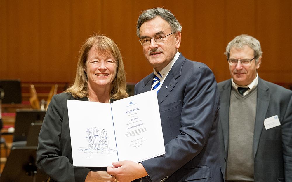 """Im Dezember 2015 wurde Alice Gast von TUM-Präsident Wolfgang A. Herrmann mit dem Ehrentitel """"TUM Ambassador"""" ausgezeichnet"""