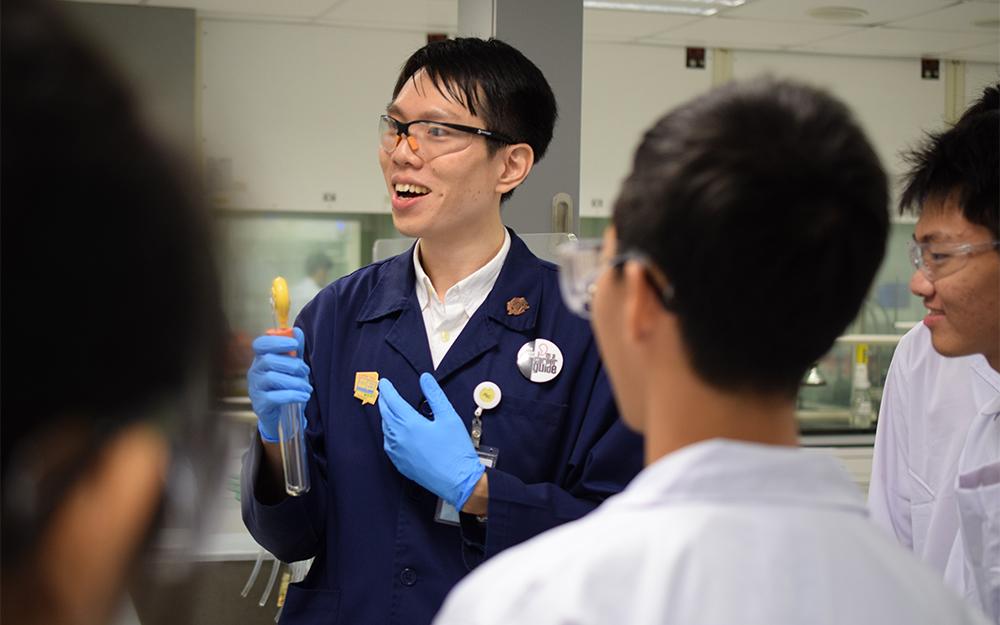 Fun Man Fung mit Studierenden im Labor