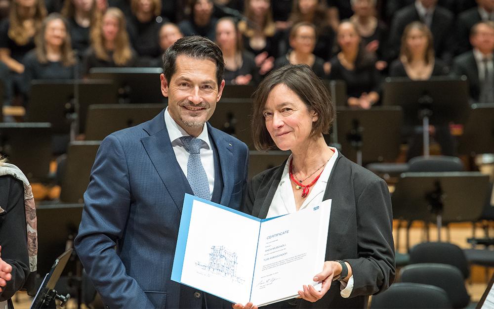 """Im Dezember 2019 wurde Prof. Dr. Anca Muscholl von TUM-Präsident Thomas F. Hofmann mit dem Ehrentitel """"TUM Ambassador"""" ausgezeichnet"""