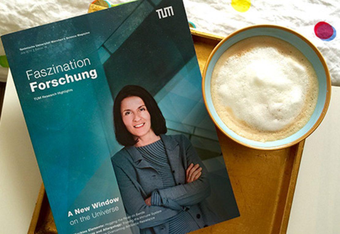 Eine Ausgabe des Wissenschaftsmagazins mit Kaffeetasse.