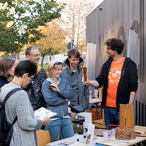 Personen bei einer Präsentation des Lehrstuhls am Campus Weihenstephan.