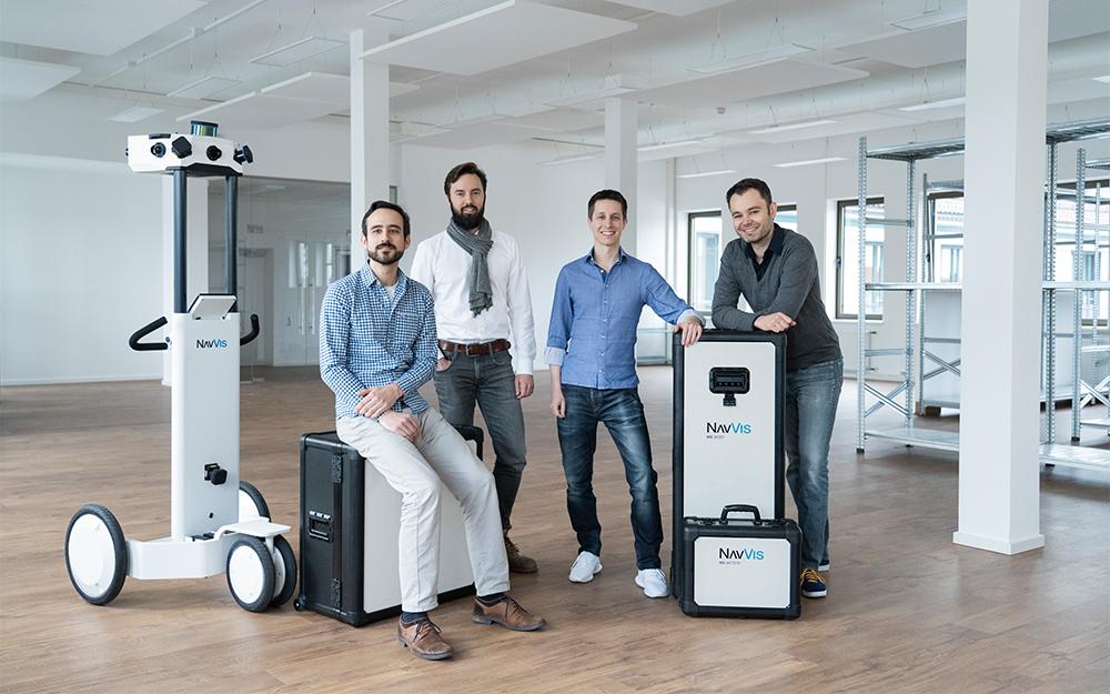 Dr. Georg Schroth (2. v. r.) mit seinen Mitgründern von NavVis, v. l. Robert Huitl, Sebastian Hilsenbeck und Dr. Felix Reinshagen, und ihrem Mapping-Trolley