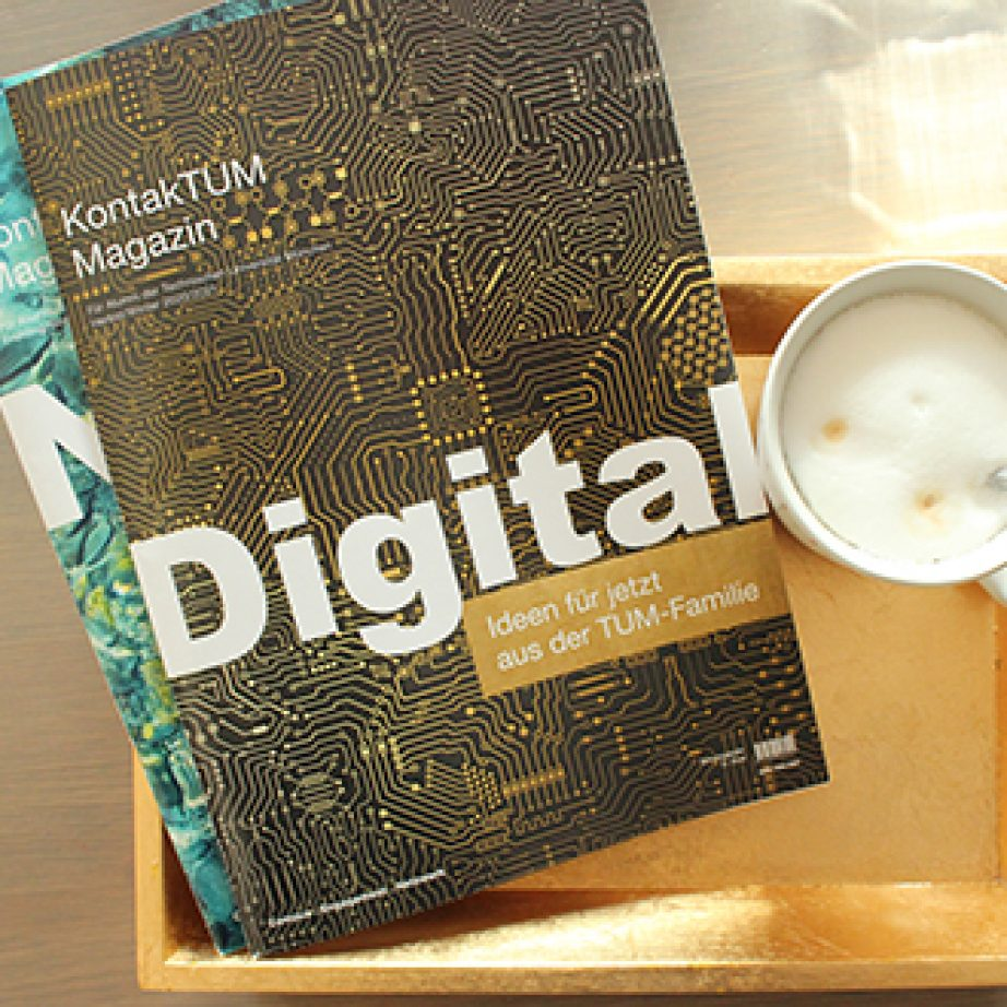 Zwei Ausgaben des Alumni-Magazins mit Kaffeetasse.