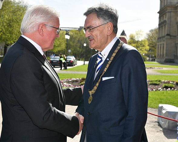 TUM President Wolfgang A. Herrmann greeting Federal President Frank-Walter Steinmeier in front of the Residenz in Munich at the TUM festive ceremony.
