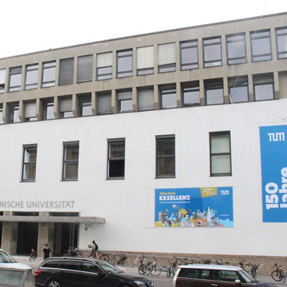 Der Haupteingang der TUM in der Arcisstraße geschmückt mit Jubiläumsplakaten.