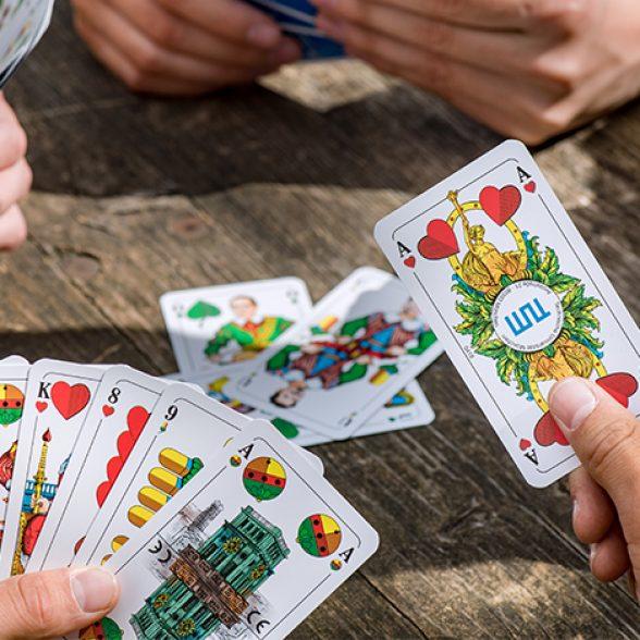 Kartenspiel mit Persönlichkeiten und Wahrzeichen der TUM.