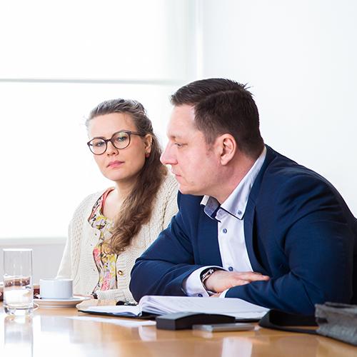 Ein Mann und eine Frau führen ein Gespräch an einem Tisch.