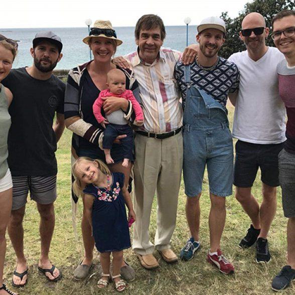 Alumni feiern mit Familien am Coogee Beach bei Sydney