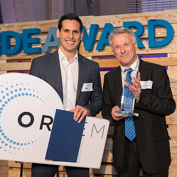 TUM alumni Pedro Gomez (left) from ORBEM receives the IdeAward from Herbert Langstein, CEO of the Zeidler Research Foundation.