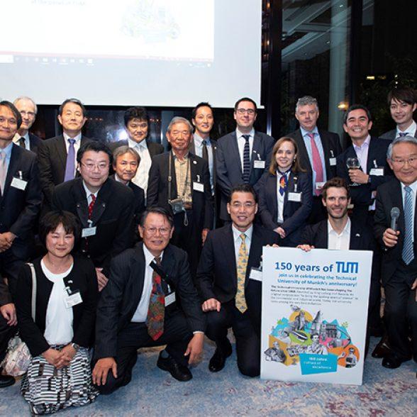 Gruppenfoto mit Alumni in Tokio