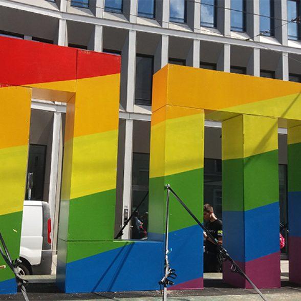 Das TUM-Logo in Regenbogenfarben