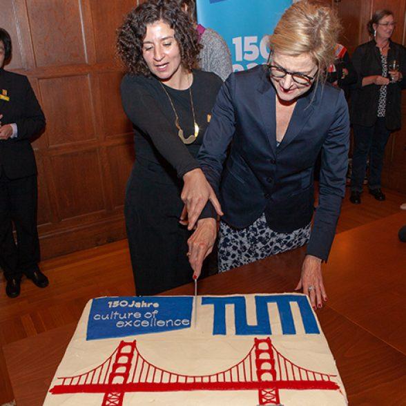 Dolores Volkert mit Vizepräsidentin Juliane Winkelmann mit TUM Torte.