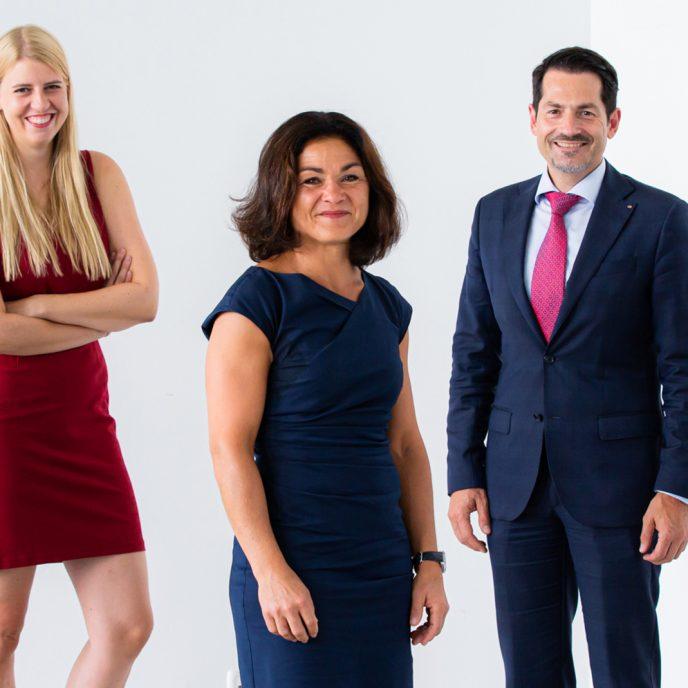 Gruppenfoto mit dem Präsidenten und den vier Alumnae.