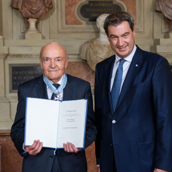 Minister President Markus Söder honors Prof. Dr. Ludwig Narziß, Alumnus of the Technical University of Munich, awarding him the Bavarian Order of Merit at the Bavarian State Chancellery.
