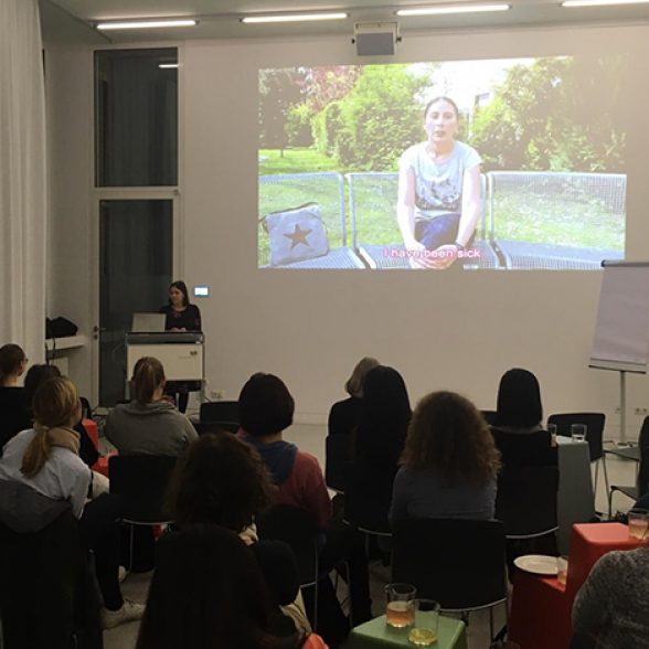 Jaqueline Lammert speaking to the audience at the Women of TUM Afterwork