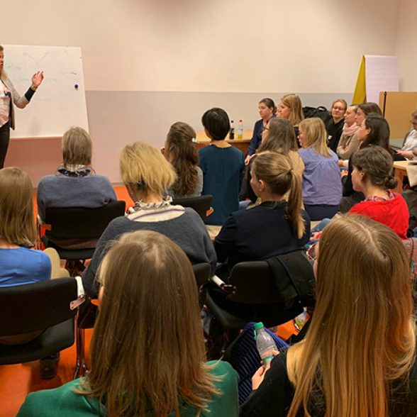 TUM Alumna Katharina Kreitz speaks before an interested audience.