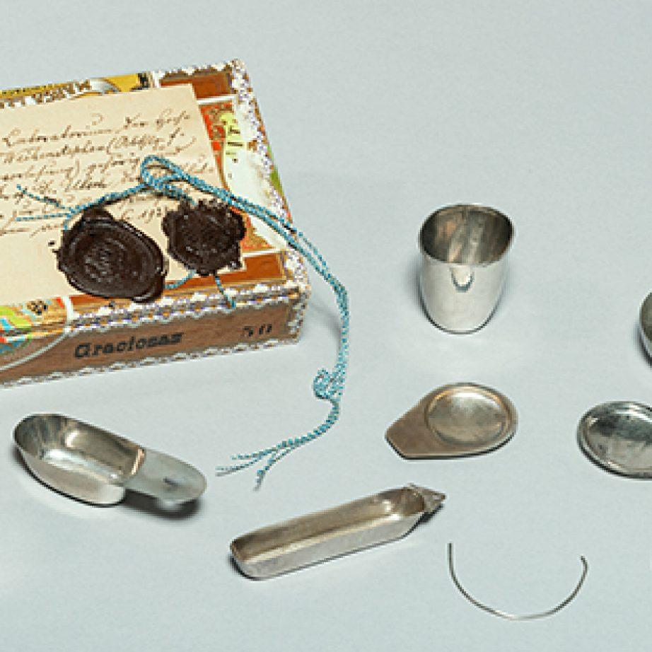 Zigarrenschachtel mit Siegeln und handgeschmiedetem Chemiker-Besteck.