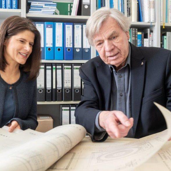 Dr. Ann Katrin Bäumler und TUM Alumnus Werner Grützner im TUM.Archiv, Technische Universität München.