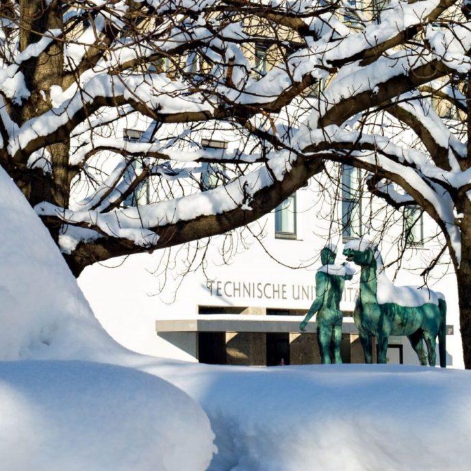 TUM im Schnee; Hauptgebaeude der TU Muenchen im Schnee
