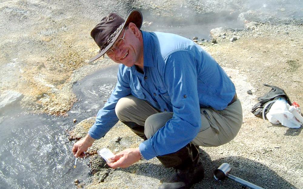 Dr. karl-Otto Stetter bei der Probenahme an einem Geysir auf der Halbinsel Kamtschatka in Nordostasien