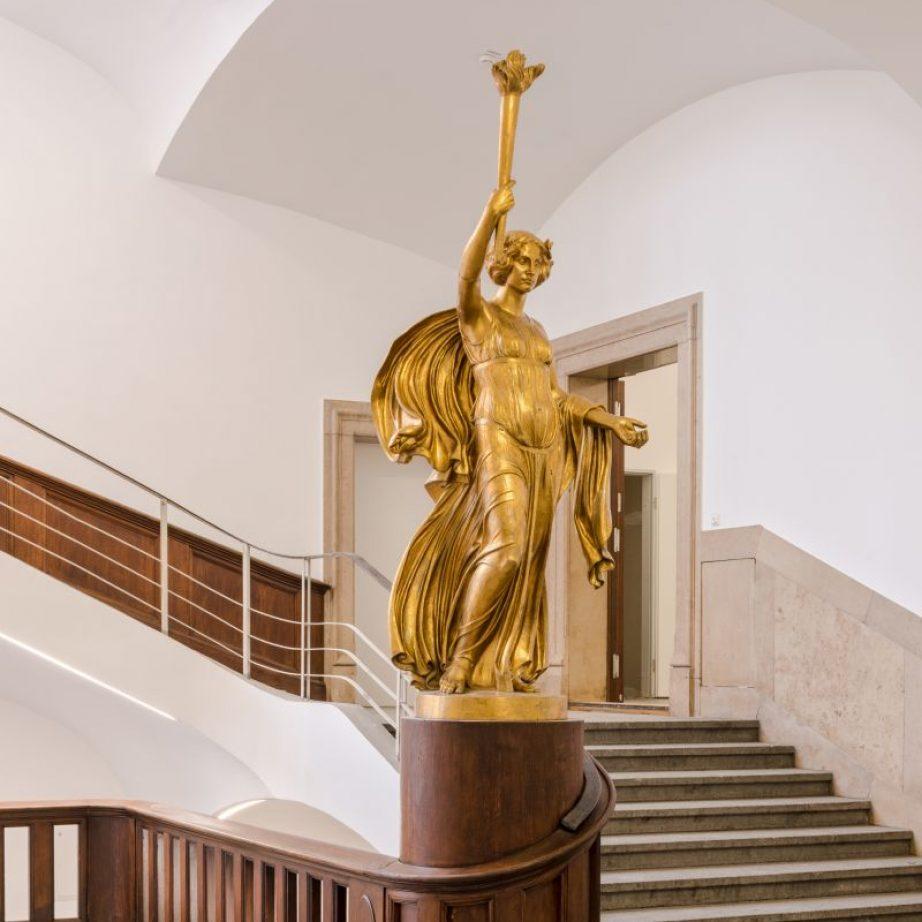 Goldener Engel von Ludwig Dasio 1913 ; Kunst in der TU München im Thiersch Bau am Campus Innenstadt