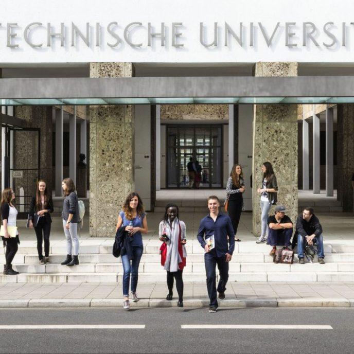 Der Haupteingang der Technischen Universitaet Muenchen (TUM) an der Arcisstrasse 21