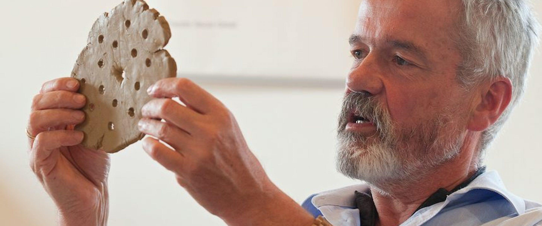 Als Berater für Persönlichkeitsentwicklung fand Karl Fordemann seine zweite Berufung. Am Beispiel einer gestalteten Tonscheibe verdeutlicht er, was der Mensch mit seinen Händen auszudrücken vermag (Bild: Privat).