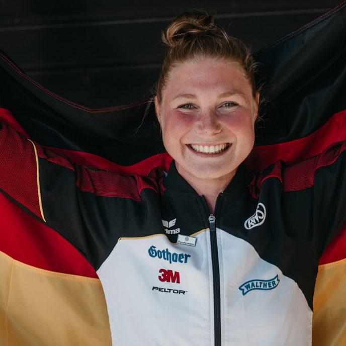 TUM Alumna Carina Wimmer mit Deutschlandfahne.