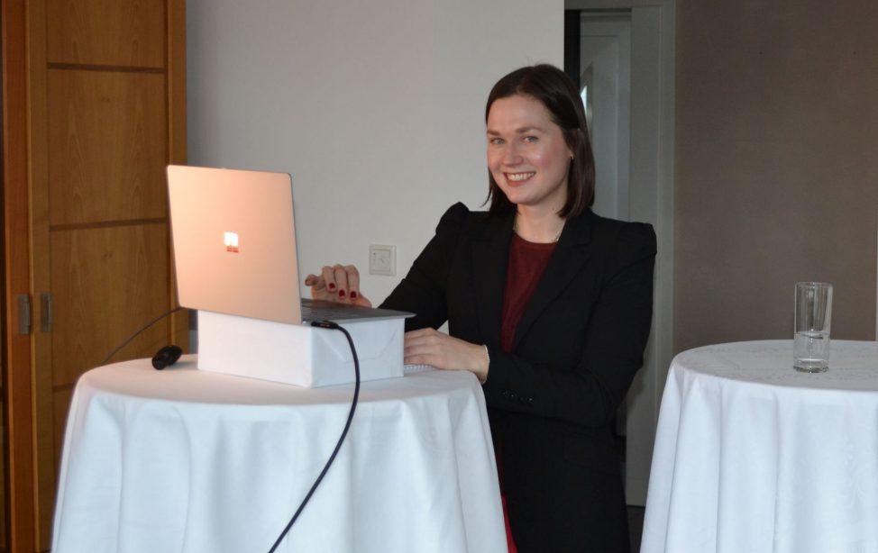 In ihrer Doktorarbeit ging TUM Alumna Dr. Alina Gales stereotypen Vorurteilen gegenüber Frauen nach, wenn es um den kompetenten Umgang mit Technologie geht. Das Bild zeigt die junge Wissenschaftlerin kurz vor ihrer Disputation im Februar 2021, die auf Grund von Corona-Beschränkungen von Zuhause via Zoom abgehalten werden musste.
