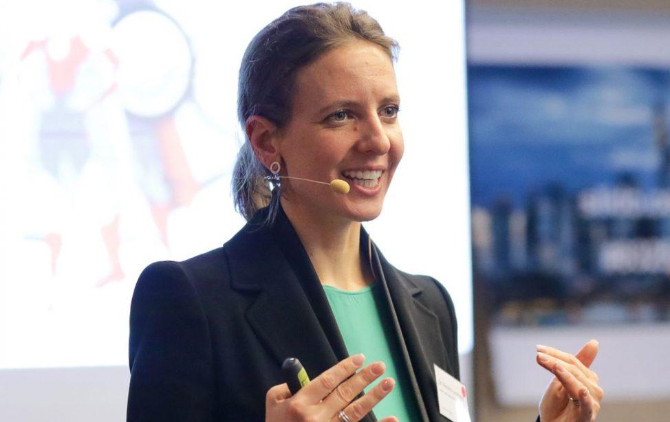 TUM Alumna Dr. Viktoria Leonhard legte bei der Allianz eine beachtliche Karriere hin. Als ausgebildeter Coach motiviert sie die Mitarbeitenden des Unternehmens nicht nur auf den Jahresauftaktveranstaltungen