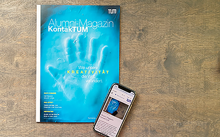 The current issue of the alumni magazine, next to it a cell phone on which the mobile version is open.